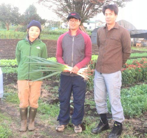 大事な生産者の方と一緒に。左から瑞穂のMilme・菊池樹里さん、てくてく農園・井上祐輔さん、ろうそく屋ファーム・野元裕樹さん。