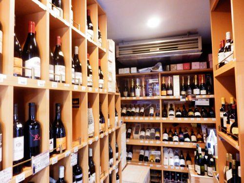 ワインセラーもこの通りの充実度。かなりのワイン通も常連に
