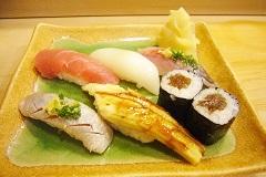 小ぶりの握りゆえ、酒を飲みながらつまみのにちょうどいい。寿司職人の技を存分にあじわうことができる