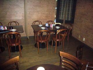 テーブルの上に、オイルランプが揺れる。照明を落とした落ち着いた空間は居酒屋というより、バーの雰囲気