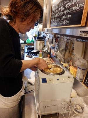 アイスクリームも自家製。甘ったるさはなったくなく、大人の味。ドルチェもピザ生地も何でも作る。それが「当たり前」だと、山嵜さん