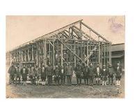 昭和16年、福生第2小学校の棟上げ式ズラリと勢ぞろいした職人衆が頼もしい。棟梁の1人として、天野さんの祖父も関わった。