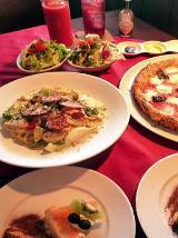 2人以上でオーダー可能な「ランチセット」(1人、1500円)。サラダ、ドリンク、ピッツァ、パスタ(日替わり)、デザートと充実の内容。パスタもピザも楽しめる、欲張りなラインナップ。この日選んだパスタは「カリカリベーコンと彩り野菜のクリームソース」