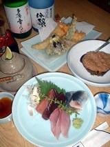 こんな感じで、日本酒はいかが? お造りはマグロ、いわし、わかし。天ぷら盛り合わせ(1200円)、松茸土瓶蒸し(1000円)、加茂なす鳥そぼろ(600円)。