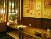 小上がりの半個室、堀こたつの半個室に個室まで。何人でもどのようにでも楽しめる店内。選べる3コースの宴会は、すべて2500円。飲み放題は1500円(2時間制)
