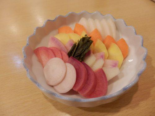 目にも鮮やか、色とりどりの野菜たちが並ぶ、「季節野菜のぬか漬け」(500円)。この日は紅みさき大根、イエロースティック人参、はやとうり、紅くるり大根、万木かぶなど。どれも初めて食べる野菜ばかり。生産者の顔が見えるだけに、とてもありがたい