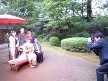 中央図書館横の「福庵」にて、家族の記念撮影。成人式当日は友人との時間が優先されるため、秋に開催。写真を撮る、内倉社長も力が入る
