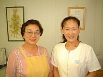 美恵子さん(左)と理佳子さん。この笑顔こそアットホームのミナモト