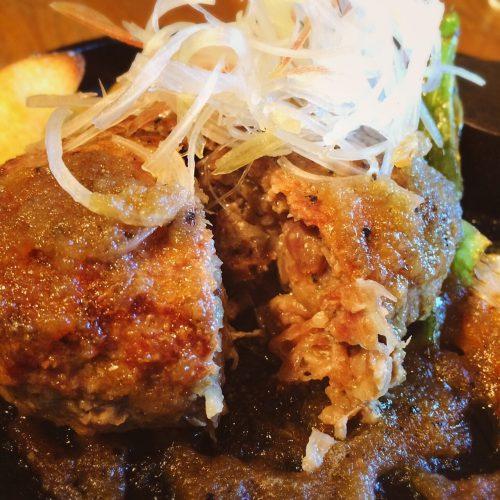 石垣島の大自然で青々とした草地でストレスなく育った石垣牛を100%使用のハンバーグ。直接仕入れている生でも食べられる新鮮な肉を、あえてレアに焼き上げる。肉を食らっているという歯応えに食感、どこにもないハンバーグの名品だ。「レモン&エシャレットバターハンバーグ」(レギュラー1,780円)は、パセリとエシャロットが入ったバターを溶かしながら食べるという珍しい一品。「ロコモコ」もうれしい