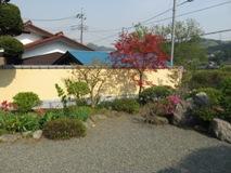 和風庭園のテイストに合わせて、壁をリフォーム。瓦を乗せた和風の仕上がりに、お客も大満足。工事期間中の雑談で、お客の趣味まできちんと把握