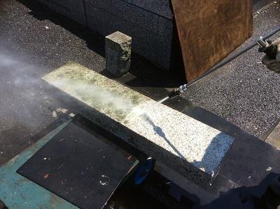 墓石のクリーニング。できれば、3年ごとにしてほしい。専用の機械を使って水で汚れを落としていく。奥がbefore、手前がafter。研磨して汚れを落とす方法もある