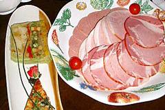 これぞ、ため息ものの美しい食の風景。奥が「シュトゥーベンサラダ」(1260円)、右「TOKYO-Xハム盛り合わせ」(2~3人前、1344円)、左が「本日のテリーヌ&キッシュ」(861円)