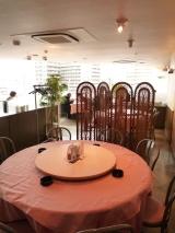 赤いギンガムチェックが可愛らしいテーブルクロス。福生の街を一望する眺望も自慢。家族・友人たちとゆったりくつろいで食事が楽しめる店内