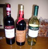 伴走者にワインは欠かせない。グラス450円~、ボトル2000円~