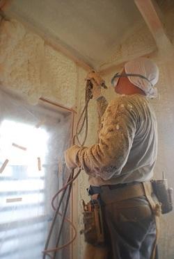 泡断熱の吹付作業中。泡で吹付を行うことにより隙間が無くなり、抜群の高機密が実現できる