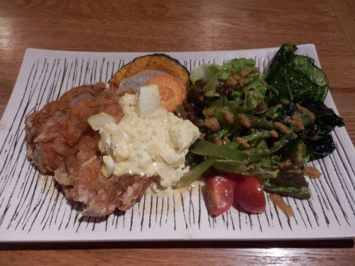 オーナーシェフの佐藤さんの両親が宮崎県出身とあって、宮崎県の郷土料理「チキン南蛮」も人気メニュー。どのメニューを頼んでも、付け合せの野菜がたっぷり、それも一工夫されたものばかり。夜のおつまみで人気なのは、「アヒージョ」。変わり種ではパクチーライスにボイル・揚げ・生と8種類の野菜がのった「野菜のベジタブル丼」も。ハンバーグ、唐揚げ、チキン南蛮などのお弁当も人気だ
