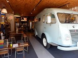 1階のカフェの奥には写真スタジオ。スタジオだけでなくビンテージの車や店内の至るところで撮影が可能