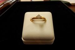 K18で作られた、ボリューム感のあるダイヤの立爪リング。ダイヤモンドの輝きは、永遠のもの