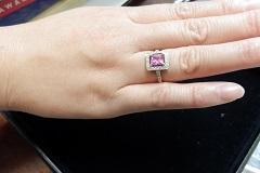 結婚3年目に、緑さんがプレゼントとして受け取ったピンクサファイヤのリング。スクエアーなデザインが個性的