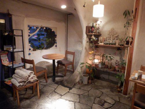 手作りで作られたという店内は、漆喰の壁があたたかな雰囲気を醸す。かわいらしい小物に囲まれ、特別な時間が流れる隠れ家のような空間だ。