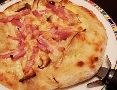 エリンギとネギのシャキシャキした食感、細切りベーコンの旨味と塩気、チーズのコクと、つまみとしてバランスのいいピザ。鼻に抜ける、ほんのりとした塩麹の香りもアクセント