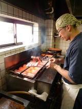 焼き台の上で、何度も何度も鰻を動かす。これが鰻とタレの特徴を生かし、鰻の美味しさを引き出すための「百扁返し」。こうして、くぼたの鰻の特徴である「照り」を出すという
