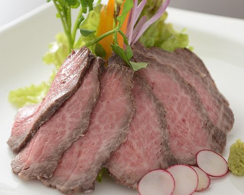 グレービーソースと醤油たれが見事に調和。老舗の肉屋がローストビーフに合う、和牛の部位を厳選。だから、肉の旨味が違う