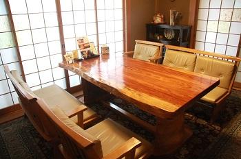 椅子席は個室となっており、人気が高い。他に宴会に対応できる座敷席もあり、さまざまなイベントに使われている