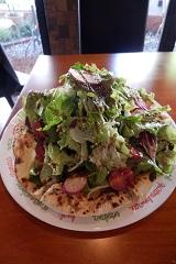 フレッシュ野菜とモッツアレラのピザ。自家農園でその日に採れた、フレッシュな野菜がたっぷり。野菜を食べるピザだ