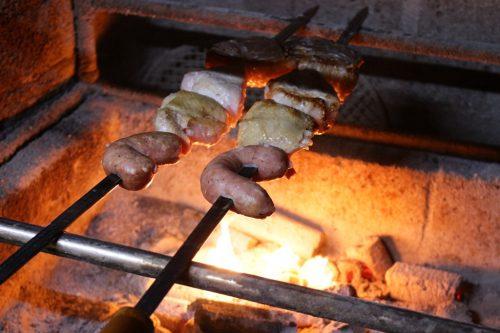 焼き上がるまで、注文を受けてから20分ほど。炭火の遠火で焼き上げた肉が、最高の状態でお客の前に。ガツンとくる塩味もいいが、タケルさん特製のガーリックソースはやみつきの味、万能ソースだ