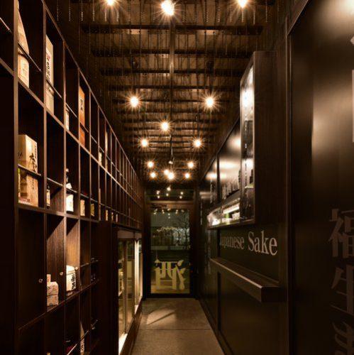 店の奥から入り口を望む。右手にカウンター、左手に酒瓶の陳列棚。スタイリッシュな雰囲気だ