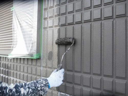 外壁の塗装作業。いかに綺麗に、持ちがいいように仕上げるか、職人の腕のみせどころだ