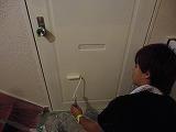 鉄扉の塗装作業。最後の仕上げに取り掛かる
