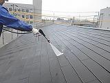 屋根の塗装作業。高圧洗浄機で汚れを取って上で、塗装を行う