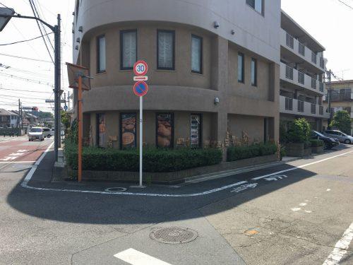 やなぎ通りの1本奥、2つの通りが交差する角に立つ、重厚な外観。丸っこいコーナーがかわいらしい