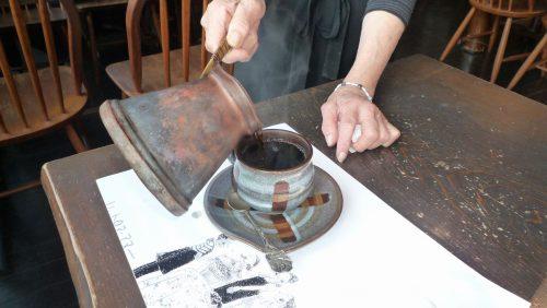 こだわりの器に銅の柄杓で供される、自慢のコーヒー
