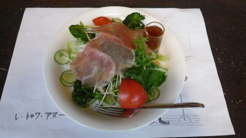 生野菜がたっぷり取れる「サラダパン」。自家製ドレッシングはやみつきの味