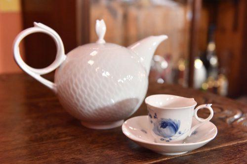美しい器で供される、サクラ・オリジナルフレーバーティー。紅茶のスペシャリストが淹れてくれる