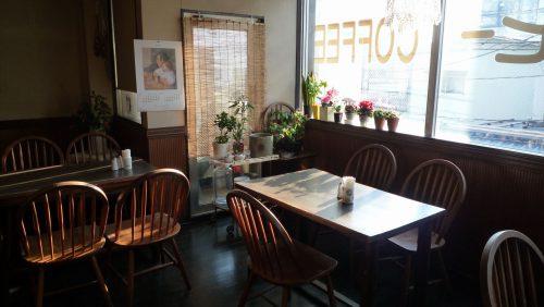 すべて特注だというテーブルと椅子。風合いのある木目を生かした空間が心地よい。テーブルはゆったりと配されているので、落ち着いて、思い思いに過ごすことができる。今や、福生に貴重な喫茶空間