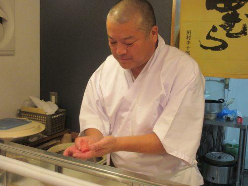 """「""""会話の中のお寿司""""というイメージがあって、うちのお寿司は小ぶりなんです。ご家族やお仲間とお話を楽しみながら、小粋につまめるお寿司です」"""
