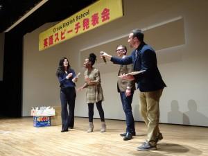 福生市民会館で、英語スピーチ発表会が開催される。出演した生徒の素晴らしいスピーチが聞ける