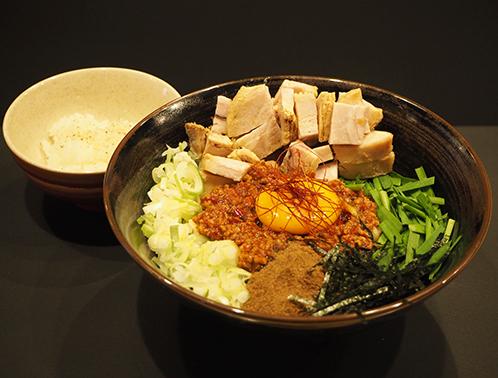 基地のアメリカ人に特に人気という、「台湾まぜそば」。ピリ辛の肉味噌と卵黄、魚粉が味の決め手。ごろりとした角切りチャーシューと生のニラが存在感を放つ。