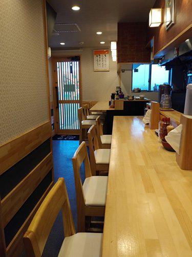 白木のカウンターは和食店のような格調高い雰囲気。和モダンな空間は、女性一人でも入りやすいように。