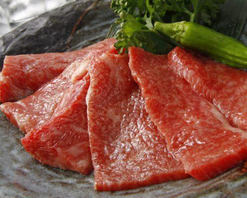 赤身肉の美しさは、ため息もの。「上ロース」は、ロースでありながらきれいなサシが入っている。驚きの柔らかさと、濃厚な赤身肉の旨味を堪能できる
