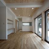 減築の家のリビングダイニング。減築とは改築する際に床面積を減らすこと。両親 が住んでいた家を息子さんが受け継ぎ、駐車スペースを確保するために「減築」を 採用。