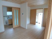貸家リノベーションによる内部。6畳と4畳半の和室だった面影はどこにもない。 木目がナチュラル、シンプルで明るいモダンな空間に生まれ変わった。