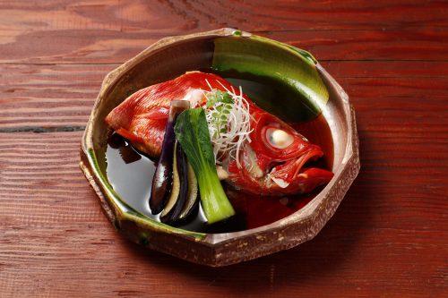 美しく煮上がった金目鯛。さらりとした煮汁が、金目鯛ならではの旨みを見事に引き出す