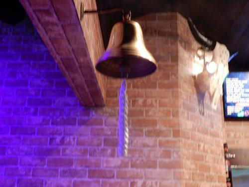 この鐘を鳴らせば、お客全員に酒をおごる合図