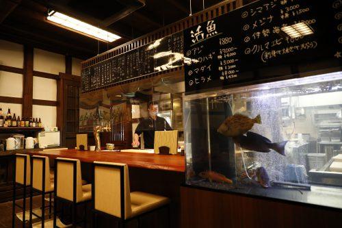 カウンターの横には生簀があり、魚が悠然と泳ぐ。掬った魚が捌かれる様子も、カウンターからは目の当たりにできる