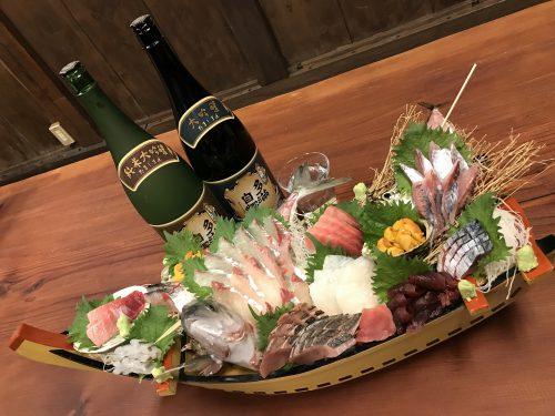 大人数なら、豪華な舟盛りも。目に鮮やか、それぞれの魚の旨味をとくと堪能。個性豊かな多満自慢のお酒と共に